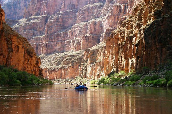 Grand Canyon - EUA Precipícios a 2 mil metros, 5 milhões de pessoas por ano. Vá de mula, de barco, de helicóptero desde Vegas. O que pouca gente sabe é que o Grand Canyon é uma das sete maravilhas do mundo.