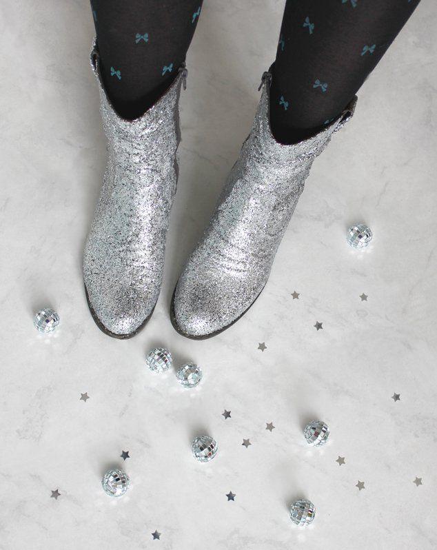 Statt eure alten Stiefel schweren Herzens auszusortieren, könnt ihr ihnen auch mit einer guten Portion Glitzer neues Leben einhauchen…Upcycling delüx! Die Anleitung findet ihr auf meinem Blog: http://blog.eaudecollage.de/diy-glitter-boots/