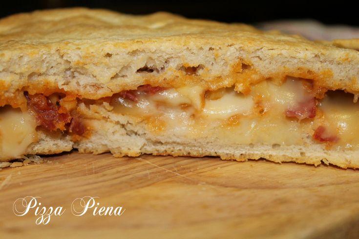 Pizza piena patate pancetta e scamorza, una fragrante, umida e filante pizza farcita originaria della tradizione culinaria napoletana.