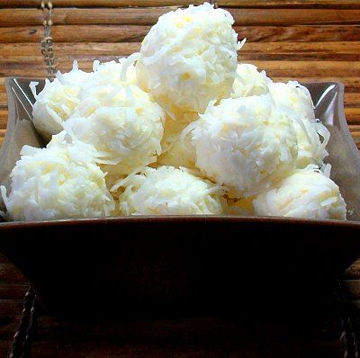 "Bolitas de ""nieve"" de queso crema, coco y piña.  //  Snowballs made of cream cheese, coconut, and pineapple."