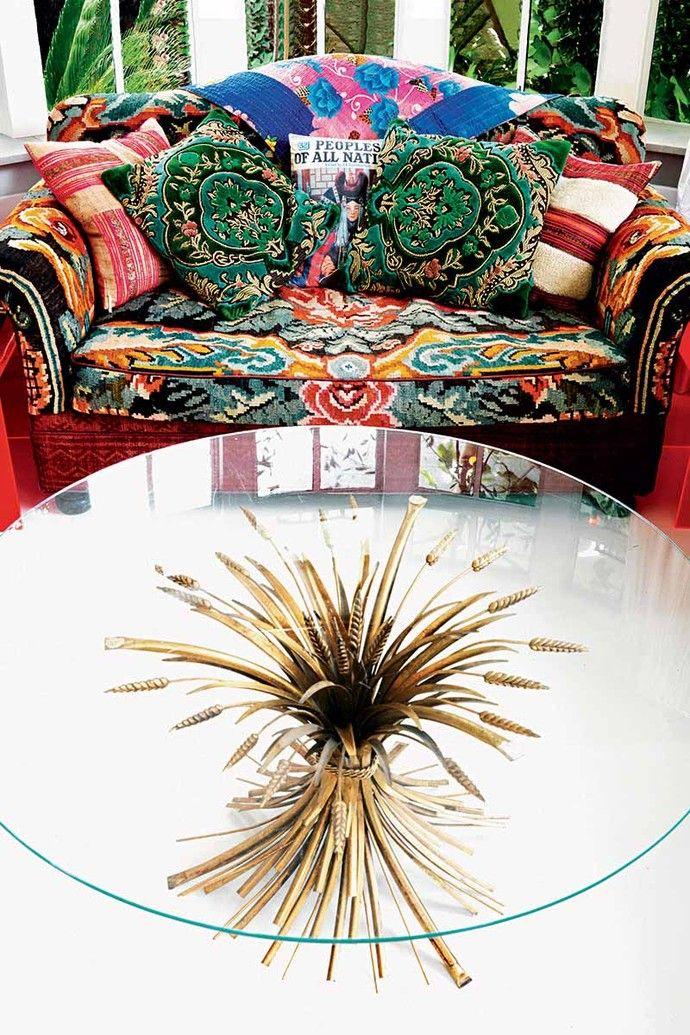 Кофейный столик с ножкой в виде пшеничного снопа сделан на заказ. Винтажный диван обтянут тканью по дизайну Мэтью Уильямсона.