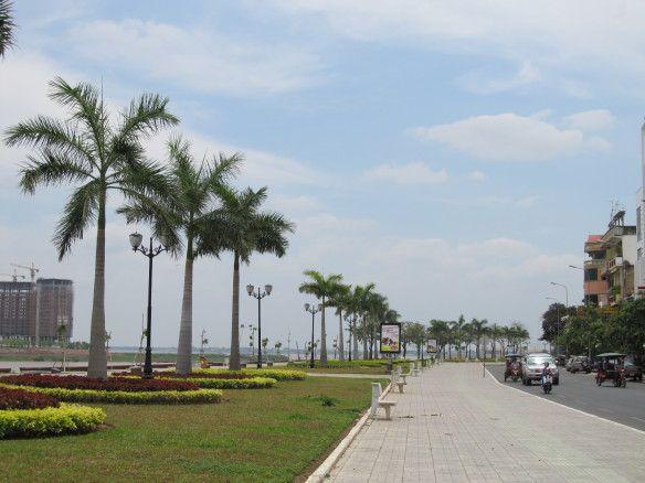 Em Phnom Pehn, a beira-rio do Tonlé Sap com seu largo calçadão. Camboja.