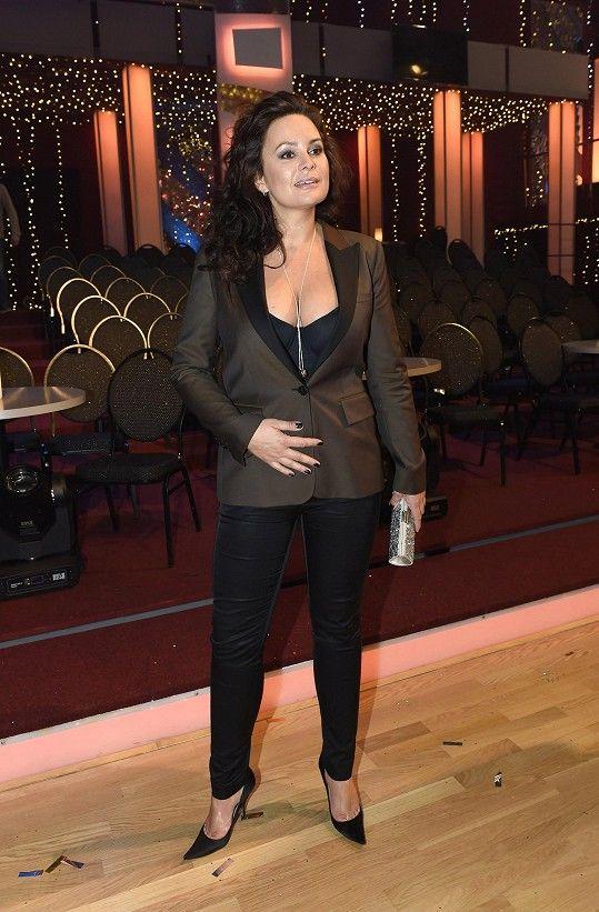 Jitka Čvančarová v modelu, který její siluetě svědčil.