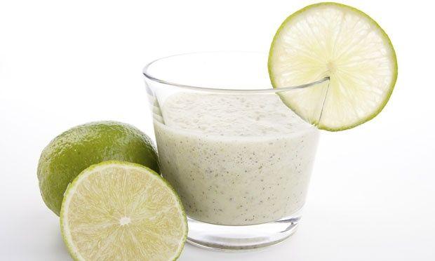 SUCO SECA-BARRIGA – Juntar a acidez do suco de limão e as fibras da berinjela faz com que as enzimas do fígado, responsáveis pela desintoxicação do organismo, funcionem melhor e mais rápido. Com isso, o metabolismo acelera, ajudando no emagrecimento. Ingredientes: 1 berinjela crua + 2 limões + 1 litro de água + Cubos de gelo. Preparo: No liquidificador, bata a berinjela picada, o suco do limão, a água e alguns cubos de gelo. Deixe gelar e consuma ao longo do dia.