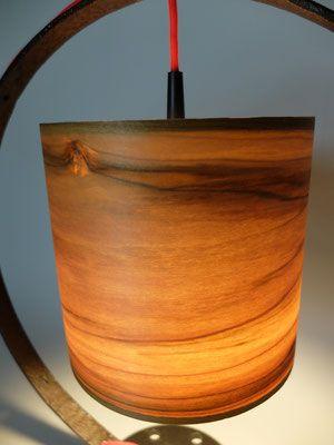 Die Tischleuchte Falx ähnelt in ihrem Erscheinungsbild einer Sichel. Den Aufbau dieser Leuchte bilden mehrere Schrottteile, an welchen der Echtholz-Furnierschirm aufgehängt ist. Ein rotes Textilkabel schmiegt sich an der Sichel an und erzeugt einen farblichen Akzent. Höhe: ca. 54 cm Durchmesser Lampenschirm: ca. 20,5 cm Lampenfassung: 1 x E27 Zuleitung: rotes Textilkabel, 160 cm mit Wippschalter