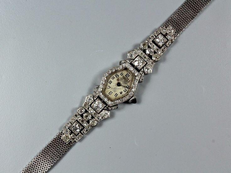 BIJOUX Bracelet montre de dame, la lunette hexagonale en diamants, le tour de poignet ruban en partie pavé de brillants et de diamants taillés en roses. Monture en or gris et platine. Vers 1920. (Fond… - Copages Auction Paris - 08/07/2016