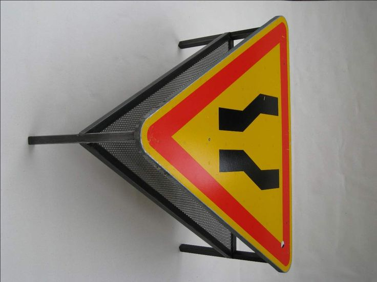 mobilier d'artiste en métal/Steel coffee table with road traffic signs. Table basse avec panneau signalisation