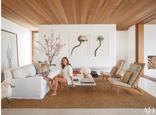 Proč si na pláž jen v létě?  Začlenit uklidňující barvy písku a oceánu do vašeho obývacího pokoje dekor transformovat prostor na celoroční přímořské ústup.  (Námořní pruhy nebo sochařský kousek korálu jsou vždy vítány taky.) Zatímco mnoho z těchto domů z reklamy archivu je výhled na vodu, to je bonus funkce.  Několik transportní pláž-inspiroval prvky, jako je světle modré stěny nebo dvojice ulity-shell finials, jsou opravdu vše, co potřebujete.  Zobrazeno: Autor a fotograf Kelly Klein a…
