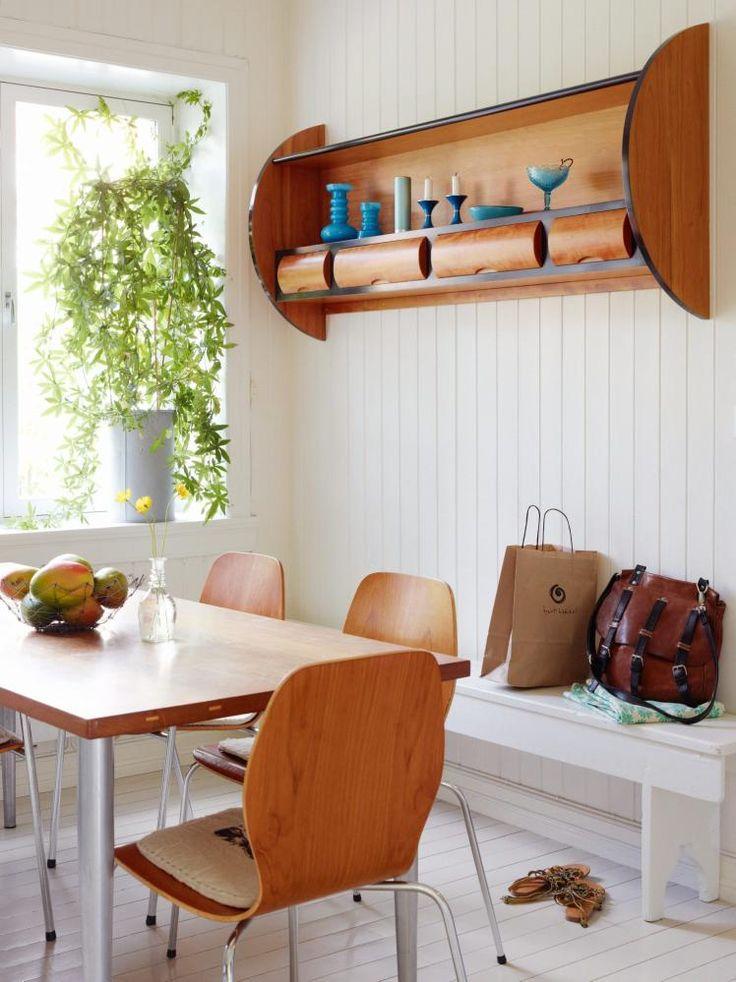 BRUKTKJØP OG EGENDESIGN: De norske skallstolene er fra et loppemarked. Beboerne har selv laget det vegghengte hyllemøbelet og snekret bordet av gamle teakplanker.