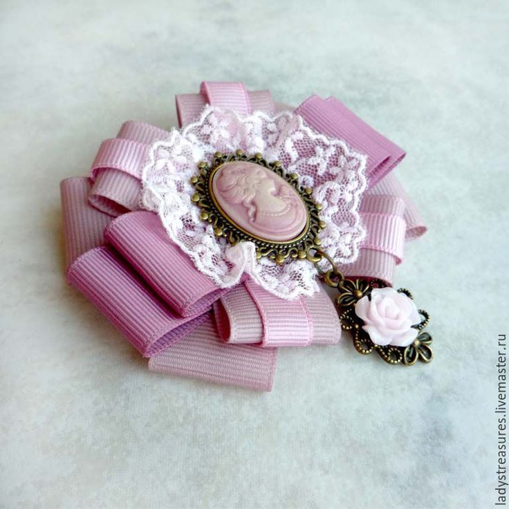 """Брошь """"Vintage rose""""  Изысканная и элегантная брошь-бант в винтажном стиле. Брошь выполнена из репсовых лент (цвет пыльно-розовый, цвет старой розы), винтажного нежного кружева, украшена камеей в металлической оправе цвета бронзы с подвеской (роза из полимерной глины в цвет кружева и лент)."""