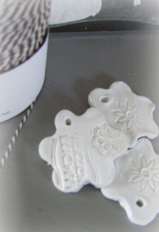 Van zelfdrogende klei maak je snel labels voor aan een cadeautje. met een koekvormpje steek je figuurtjes uit, met een stempel(zonder inkt) maak je een afbeelding of tekst erin. (zelfdrogende klei van de action, goedkoop en uit 1 pak maak je heel veel figuurtjes)