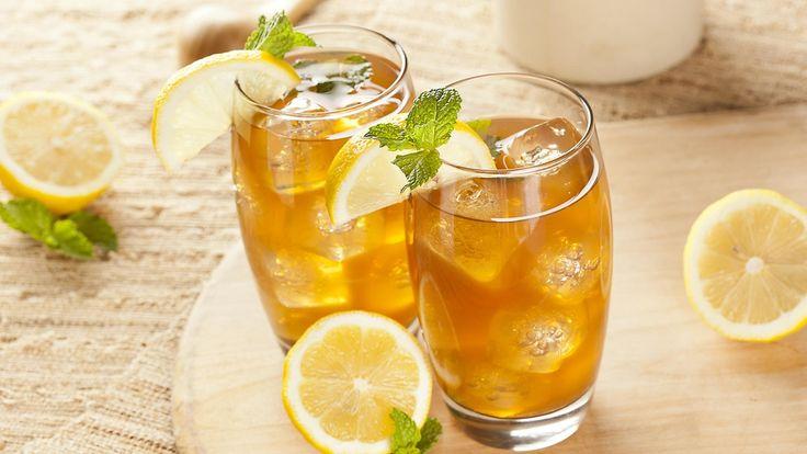 Kylmäuutettu cold brew tea on raikas jäätee, joka valmistuu jääkaapissa kuin itsestään. Jääteen voi maustaa tuoreilla yrteillä, marjoilla tai hedelmillä. Copyright: Shutterstock.