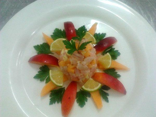 Tartar di scampi e spigola con pesche noci, melone giallo e olio extravergine