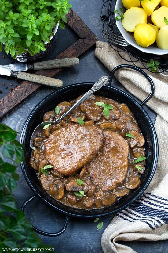 Dziś mam dla Was przepis na wołowinę w sosie cebulowym z dodatkiem brunatnych pieczarek. Danie odrobinę czasochłonne, ale nie wymagające dużo pracy - więc