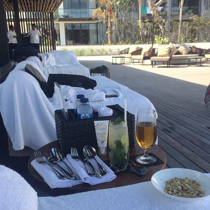 Ready for lunch at the pool bar at @alilaseminyak #roomcritic #alilatime #alilaseminyak #lunch