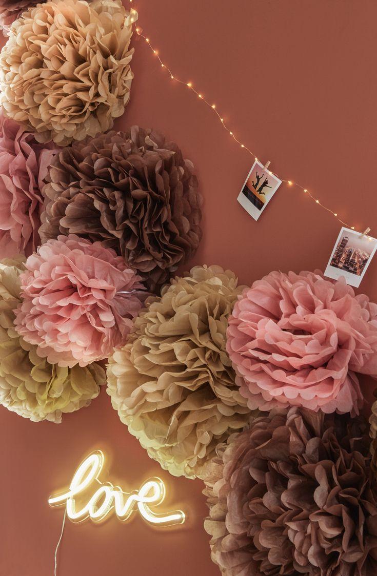 Decorazione di tendenza 2019 San Valentino con pompon di seta rosa arrossiti, sabbia …