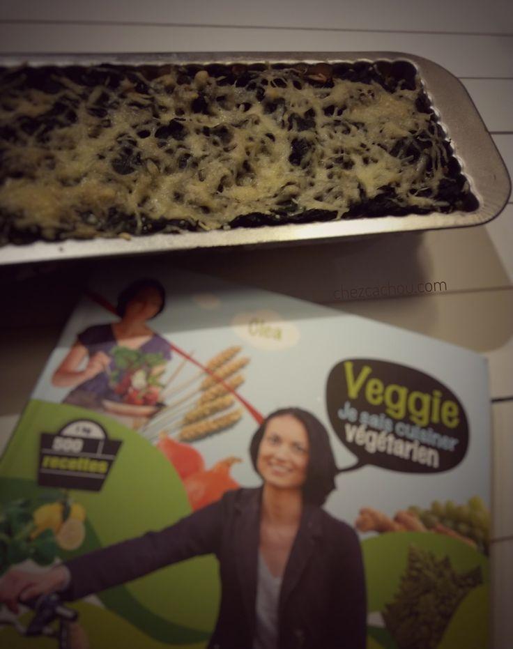 """J'ai testé pour vous une recette de Clea tirée de son livre """" Veggie, Je sais cuisiner végétarien"""" qui m'a été offert par Natura Sense. J'ai testé sa recette de tarte sur base de flocons d'avoine. Elle la réalise aux carottes ; j'ai testé une version aux épinards.  Si vous êtes adeptes de Weight Watchers la part vaut 6 sp"""