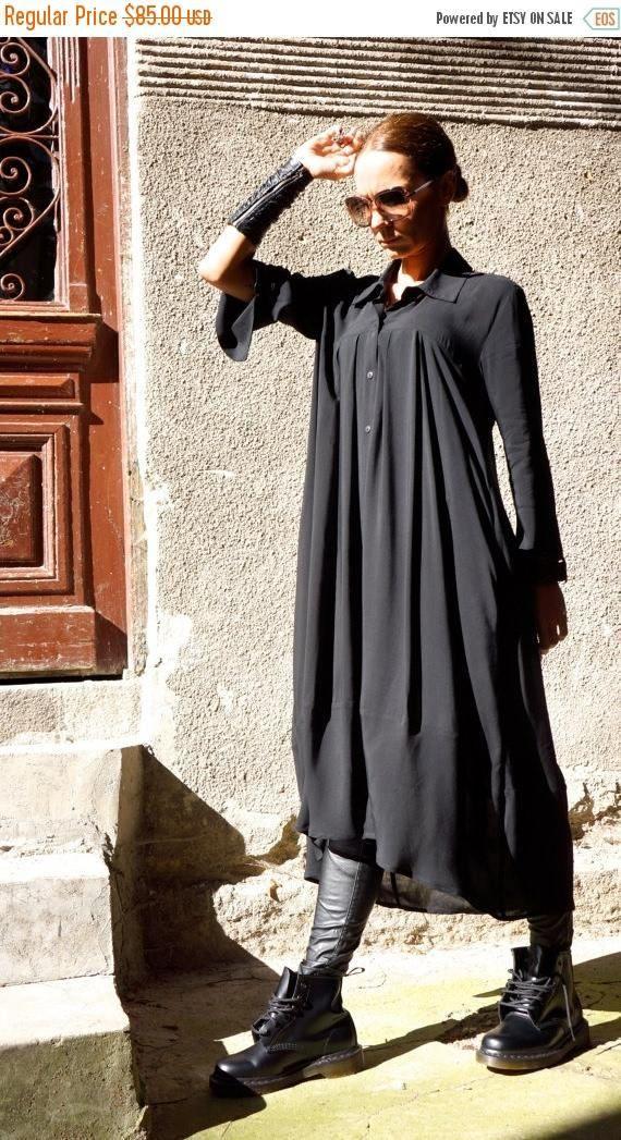 Extravagante zwarte vleiende losse maxi shirt, zo elegant en comfortabel... Knoppen helemaal naar beneden, losse stijlvolle mouwen Perfecte oplossing voor uw dagelijkse outfit:).. .not alleen... Het is een jurk... is een tuniek... het is een shirt... is een vest... het is wat je wilt en nodig hebt :) Dit zou omdraaien kledingstuk overal mee naartoe! Uw mode-update, uw home entertainment uw casual stijl, uw strand cover-up, uw feest inspiratie en so... dus...:) Licht als een veer, zacht...