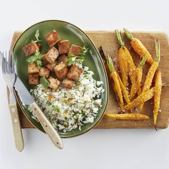 Sesamzaad over?  Geroosterd sesamzaad past ook goed bij zoete gerechten. Recept -  Geroosterde wortels en gekaramelliseerde tofu - Boodschappenmagazine