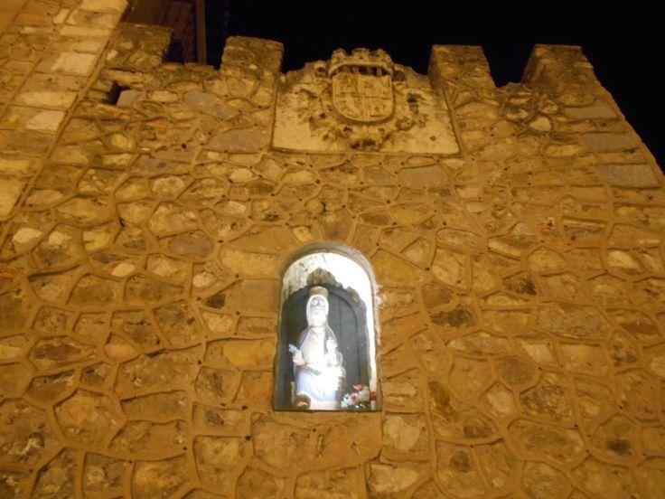 Hornacina con virgen en la muralla