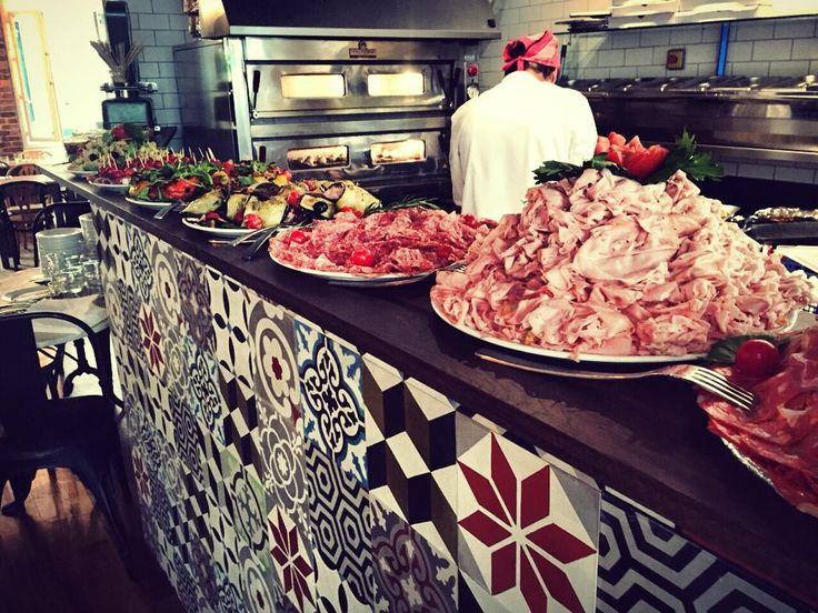 Brunch italien familial: proscuitto, parma, mortadella, salades et pizza sur le comptoir chez Cucuzza, 14 rue des moines, 75017 Paris