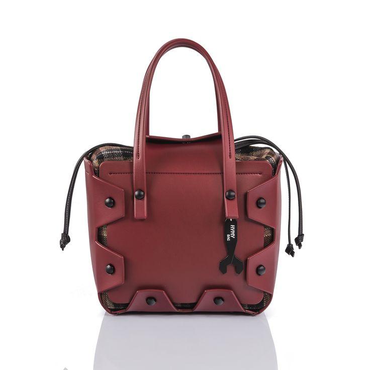 Hymy Bag, la borsa del sorriso, rappresenta un nuovo fashion concept. Un accessorio 100% Made in Italy che incorpora l'essenza dello stile e della creatività italiana. Hymy Bag è un modo di essere: una borsa unica e dal design inconfondibile che sposa la tua personalità, è fatta a mano ed è completamente personalizzabile. ESTERNI EVA BORDEAUX FRONTE/RETRO EVA BORDEAUX MANICI EVA BORDEAUX POCHETTE WALLACE MARRONE ACCESSORI NERO GOMMATO