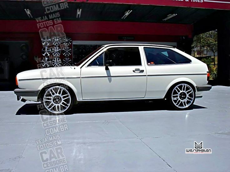 VW Gol G1 branco quadrado rebaixado com rodas aro 17 | White, static dropped VW Gol MK1 with GTI 17-inch replica rims
