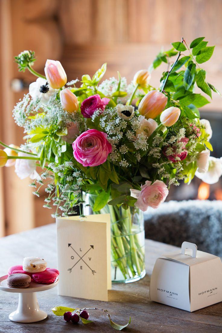 Ramo de ranúnculos y tulipanes sobre mesa de centro. Con macarons. 00448967 O