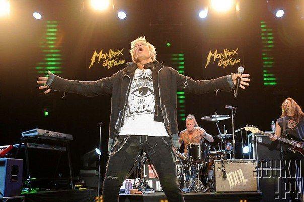 Билли Айдол (настоящее имя Уильям Майкл Алберт Броуд) — английский рок-музыкант. Псевдоним был придуман после того, как школьный учитель назвал его бездельником (англ. «idle» схожее по произношению с «idol»).