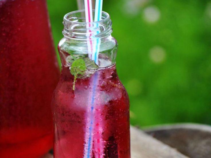 Domowy napój wiśniowy z miętą i melisą