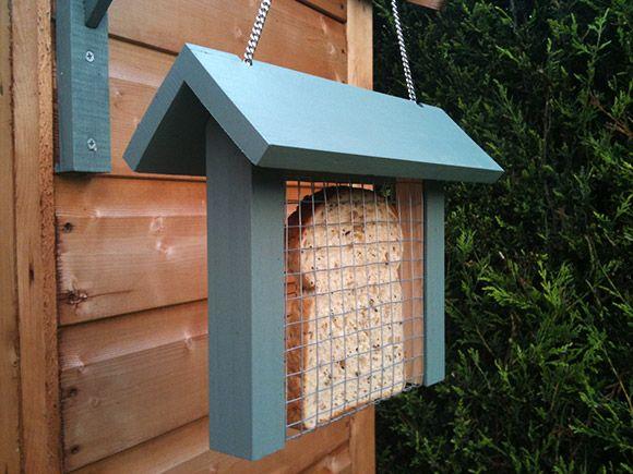 knutselen - brood in een vogelvoer houder (hanger), leuk om zelf te maken