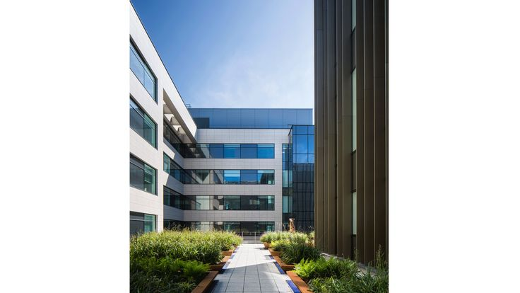 PORCELANOSA Grupo Projects: la sofisticada fachada ventilada del Hospital de Belfast, Irlanda, realizada con Ston-Ker