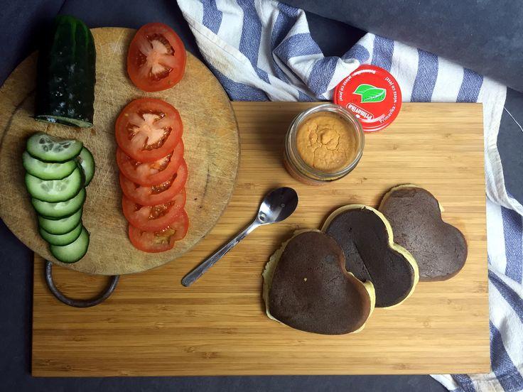 Propozycja wytrawna – placuszki z hummusem  Potrzebujesz:      2 białka jaja     1 całe jajko     2 łyżki mąki (użyłam żytniej pełnoziarnistej typ 2000)     łyżka jogurtu naturalnego     pieprz czarny, odrobina soli, bazylia     Hummus paprykowy – Primavika     ulubione warzywa i dodatki do podania, polecam na przykład łososia wędzonego i avocado     łyżeczka oliwy z oliwek lub oleju kokosowego