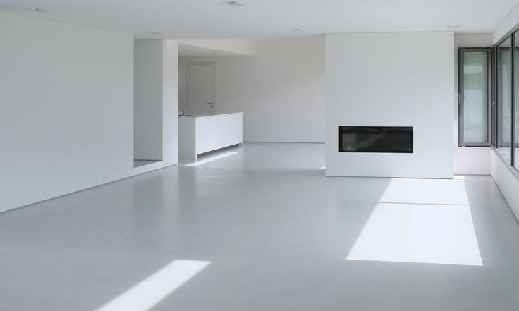 Gietvloer, gemakkelijk toe te passen.  Voordelen: gemakkelijk toepasbaar, goed schoon te houden, verkrijgbaar in veel kleuren en patronen.  Nadelen: Je kunt doordat er veel gelopen wordt zwarte strepen op de vloeren krijgen.
