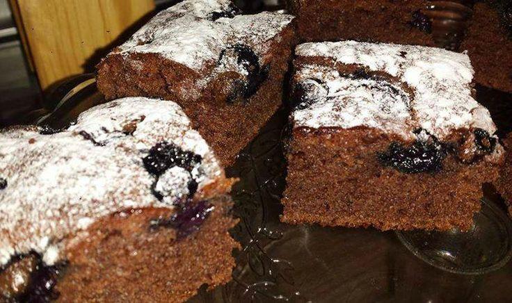 Recept voor een chocoladecake met blauwe bessen. Zelfs 2 dagen erna smaakt de cake nog super luchtig en lekker. Eieren, suiker en vanillesuiker goed mixen. Melk en olie erbij toevoegen en goed mixen. Als laatst voeg je bloem en bakpoeder erbij