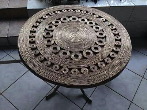 Стол из бумажных трубочек