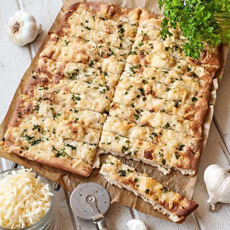 Ost och vitlök i brödet gör det extra smakrikt och gott. Baka med en lagrad ost eller en mildare variant och hitta ditt eget prefekt smaksatta vitlöksbröd.