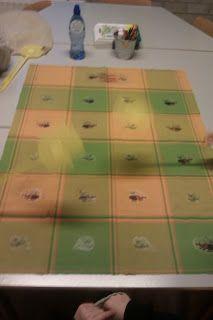 Met dit spel oefenen we de dubbelen en bijna dubbelen. De spelleider heeft een kaartje met sommen erop. De andere kinderen hebben een vliegenmepper.De spelleider leest de som voor wat op het kaartje staat en de kinderen met de vliegenmeppers slaan op het goede antwoord. Op een oude laken heb ik met transferpapier muggen en vliegen gestreken met cijfers erin. Zo slaan de kinderen met de vliegenmepper echt op een beestje :)