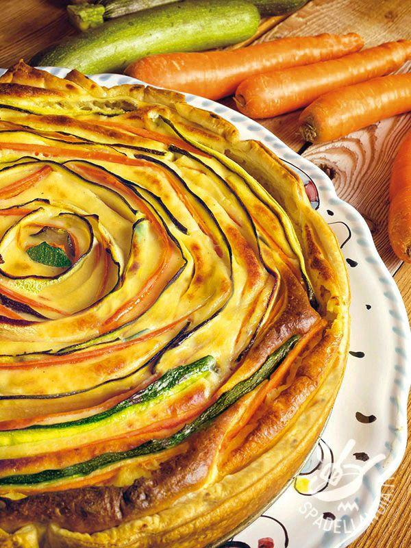 La Torta salata con zucchine e carote è un concentrato di gusto: verdure, formaggio cremoso e ricotta ne costituiscono il gustosissimo fiore!