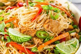 Un porc effiloché servi sur nouilles chinoises