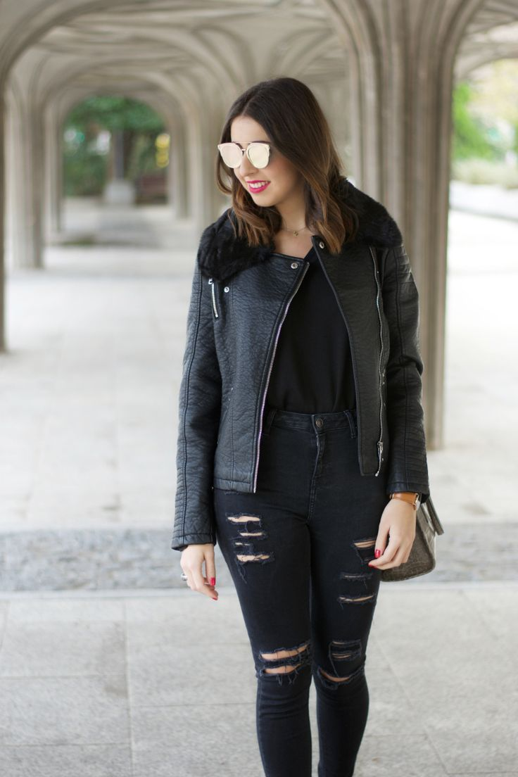 midilema.com | Leather jacket | Lucía Peris is wearing total black look: black ripped high-waisted jeans, black men's sweater, black leather jacket, green granny shoes, gray small bag, and mirror sunglasses. // Lucía Peris lleva un look negro: pantalones vaqueros de talle alto rotos de color negro, jersey de hombre, cazadora de cuero negra, zapatos de tacón bajo de color verde, bolso pequeño gris, y gafas de sol de espejo.