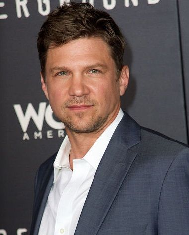 MARC BLUCAS est un acteur américain, né le 11 janvier 1972 à Butler, Pennsylvanie. Connue pour son rôle dans la série 1999 à 2000 : Buffy contre les vampires (Buffy the vampire slayer). Filmographie principale : -2004 Des étoiles plein les yeux (First Daughter) de Forest Whitaker. -2007 The Killing Floor de Gideon Raff. -2011 Touchback de Don Handfield.