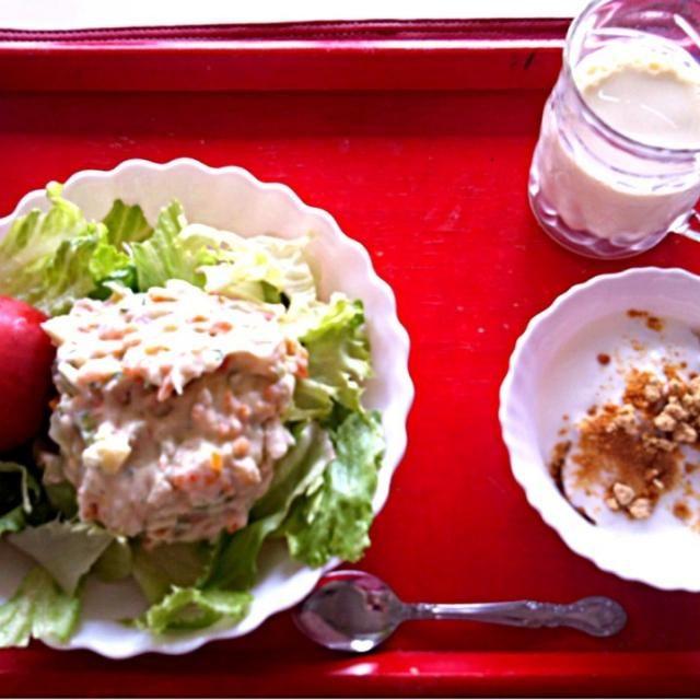 *ポテトサラダ  *トマト丸かじり  *グラノーラ w/カスピ海ヨーグルト - 3件のもぐもぐ - 授乳中の朝ごはん by sub