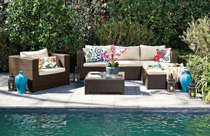 Nada mejor que disfrutar tu jardín descansando en este living exterior.  ¡Vive mejor esta temporada!  #Primavera #Deco #Terraza #EasyTienda #TiendaEasy #Living #Piscina #primaveraverano #cambiavivemejor