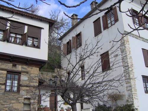 Archontiko Pandora Makrinitsa A traditional Greek mansion, Pandora is situated in a quiet area in Makrinitsa, on the Mountain of Kentavros. It offers friendly, family service and a large living area with a welcoming fireplace.