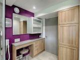 Pourquoi ne pas oser une touche de couleur éclatante dans la salle de bain ? ici, le violet met en valeur les armoires pâles.