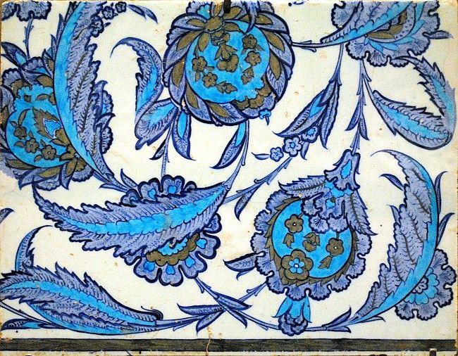 Seramik, mozaik ya da çömlek kullanan çiçeklerle süslü Arabesque gösteren dekore alanı sunan Görüntü LOU 104, Louvre, Paris sergi.