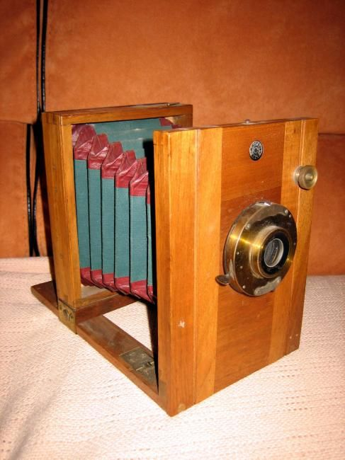 Appareil de photo en bois :   Appareil de photo en bois  de Armand Boreux Bâle  Année 1890 - 1895  Objectif Baush et Lomb.Obt  Dimension : L 135 mm. H 185 mm. P 225 mm.  Obturateur fonctionne