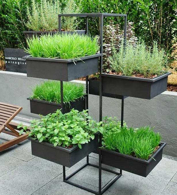 Jardinzinho com acessórios para manter uma horta.  Fotografia: www.decorfacil.com.