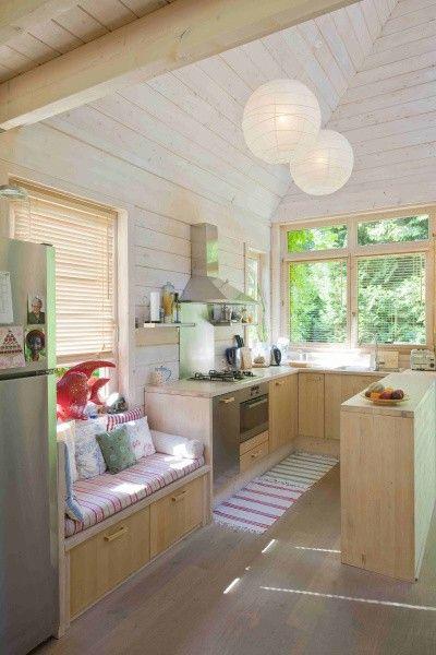 De woning werd tot in de nok bekleed met vurenhout, op de vloer kwam eik en de keuken is een staaltje vakmanschap in beuk.